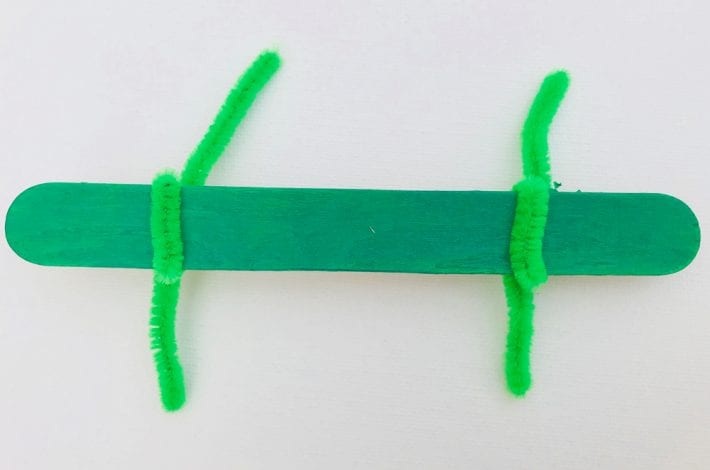 Great crocodile craft for kids. With pipe cleaners and lollipop sticks make this great stick crocodile craft for kids