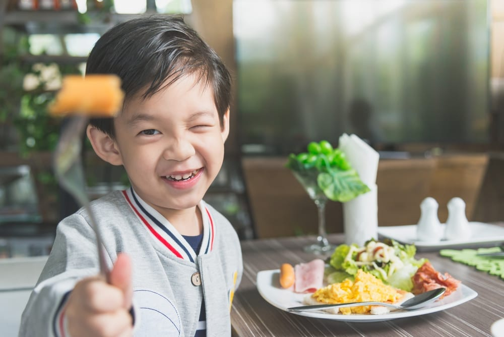 eating out with toddlers - 9 things no parent warned you about eating out with young children
